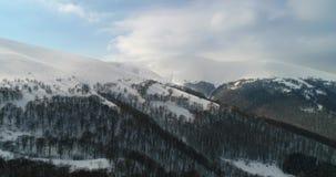 Visión aérea: Montañas transcarpáticas, centro turístico de esquí, Pilipets, Ucrania almacen de metraje de vídeo