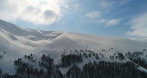 Visión aérea: Montañas transcarpáticas, centro turístico de esquí, Pilipets, Ucrania metrajes