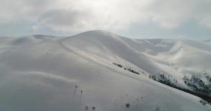 Visión aérea: Montañas transcarpáticas, invierno de Beutifull, centro turístico de esquí, Pilipets, Ucrania metrajes