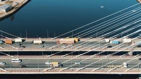 Visión aérea, movimientos del tráfico de coche en el puente cable-permanecido imagen de archivo
