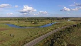 Visión aérea: naturaleza en Rusia Río y campos almacen de metraje de vídeo