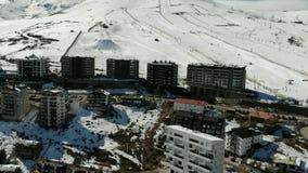 Visión aérea, paisaje, nieve de la montaña en una estación de esquí almacen de video