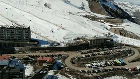 Visión aérea, paisaje, nieve de la montaña en una estación de esquí metrajes