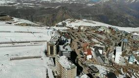 Visión aérea, paisaje, nieve de la montaña en una estación de esquí almacen de metraje de vídeo