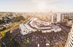 Visión aérea panorámica desde la ciudad, la avenida principal y el Sho foto de archivo libre de regalías