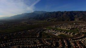 Visión aérea panorámica sobre casas de campo metrajes