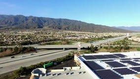 Visión aérea panorámica sobre las cercanías del campo y de la carretera metrajes