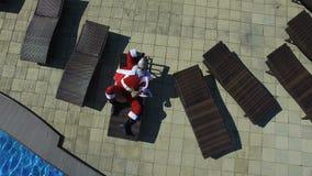 Visión aérea Papá Noel en las gafas de sol que gandulean en la calesa metrajes