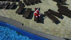 Visión aérea Papá Noel en las gafas de sol que gandulean en la calesa almacen de video