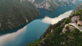 Visión aérea para despejar el lago azul de la montaña, Montenegro almacen de video