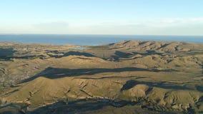 Visión aérea para el océano, los prados verdes y los acantilados cerca de la costa en fondo del cielo azul tiro Océano hermoso ce almacen de metraje de vídeo
