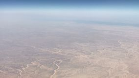 Visión aérea por el vuelo plano sobre las dunas de arena en desierto en la puesta del sol almacen de video