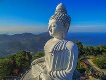 Visión aérea por la mañana en Phuket Buda grande en fondo azul Foto de archivo