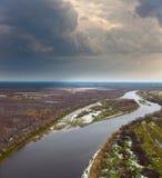 Visión aérea por todo lo alto de bosque y del río del otoño Fotografía de archivo