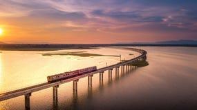 Visión aérea que el tren está funcionando con en el puente sobre PA Sak del río foto de archivo libre de regalías