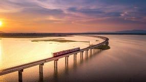 Visión aérea que el tren está funcionando con en el puente sobre PA Sak del río imágenes de archivo libres de regalías