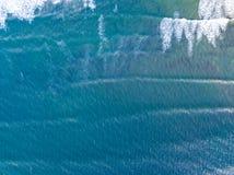 Visión aérea que mira abajo en una playa Galés en el Reino Unido Imágenes de archivo libres de regalías