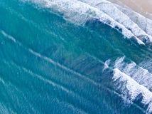 Visión aérea que mira abajo en una playa Galés en el Reino Unido Foto de archivo libre de regalías