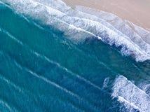Visión aérea que mira abajo en una playa Galés en el Reino Unido Fotos de archivo libres de regalías