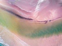 Visión aérea que mira abajo en una playa Galés en el Reino Unido Foto de archivo