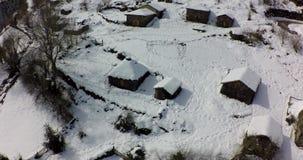 Visión aérea que separa la forma al grupo de casas rurales con nieve almacen de video