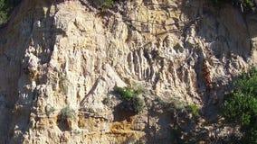 Visión aérea que vuela encima de una colina de la piedra arenisca metrajes