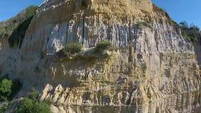 Visión aérea que vuela encima de una colina de la piedra arenisca almacen de video
