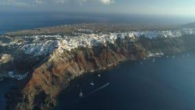 Visión aérea que vuela sobre la ciudad de Oia en Santorini Grecia almacen de video