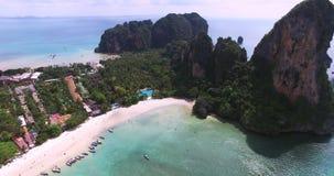 Visión aérea que vuela sobre la isla tailandesa hacia las montañas verdes hermosas y la playa arenosa blanca Isla de Krabi, Taila metrajes
