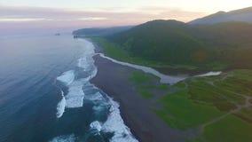 Visión aérea que vuela sobre laguna tropical del arrecife de coral hacia las montañas verdes hermosas Mar del vuelo almacen de metraje de vídeo