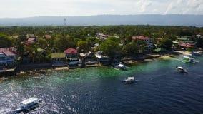 Visión aérea que vuela sobre sorprender de la agua de mar del claro de la playa arenosa del desembarco por playa de la isla de Su almacen de video