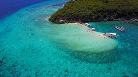 Visión aérea que vuela sobre sorprender de la agua de mar del claro de la playa arenosa del desembarco por playa de la isla de Su almacen de metraje de vídeo
