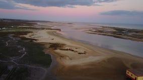 Visión aérea Ria Formosa hermosa en la puesta del sol en Fuseta, Algarve, Portugal almacen de metraje de vídeo