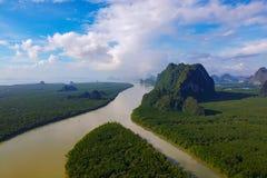 Visión aérea, salida del sol hermosa en el parque nacional del Ao Phang Nga imagen de archivo