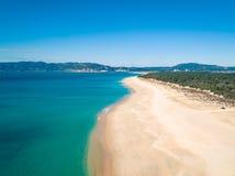 Visión aérea Sandy Beach vacío con las pequeñas ondas Fotos de archivo