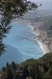 Visión aérea Sicilia, mar Mediterráneo y costa Taormina, Italia Imagen de archivo libre de regalías