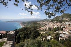 Visión aérea Sicilia, mar Mediterráneo y costa Taormina, Italia Imágenes de archivo libres de regalías