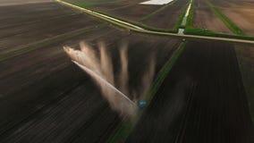 Visión aérea: Sistema de irrigación que riega un campo de granja almacen de metraje de vídeo