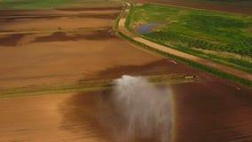 Visión aérea: Sistema de irrigación que riega un campo de granja metrajes