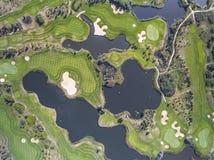 Visión aérea sobre campo del golf en Polonia Adultos jovenes Imagen de archivo