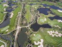 Visión aérea sobre campo del golf en Polonia Adultos jovenes Fotos de archivo libres de regalías