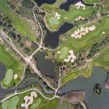 Visión aérea sobre campo del golf en Polonia Adultos jovenes Foto de archivo