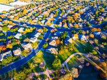 Visión aérea sobre comunidad moderna del hogar del suburbio con colores de la caída Fotografía de archivo libre de regalías