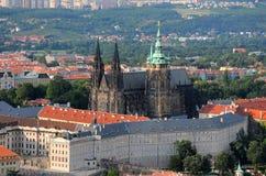 Visión aérea sobre el castillo y St Vitus Cathedral en Praga Imagen de archivo libre de regalías