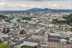 Visión aérea sobre el centro de ciudad de Salzburg, Austria Fotografía de archivo libre de regalías