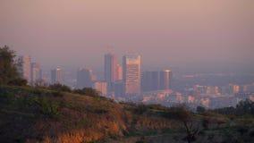 Visión aérea sobre el centro de la ciudad de Los Angeles de Hollywood Hills almacen de metraje de vídeo