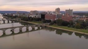 Visión aérea sobre el río Susquehanna en Harrisburg Pennsylvania almacen de metraje de vídeo