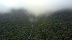 Visión aérea sobre el río y la montaña rápidos en fondo