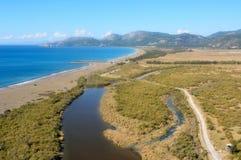 Visión aérea sobre el río y la playa de Dalaman en Turquía fotos de archivo