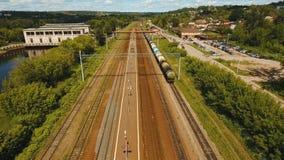 Visión aérea sobre ferrocarril almacen de metraje de vídeo